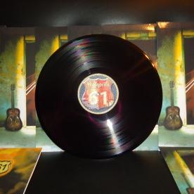 """* En 2016 los Vinilos de la banda llegarán a tiendas de todo el mundo con los títulos """"1er Álbum"""", """"Simple 1er Álbum"""" & """"1er EP"""". Acompañado por el lanzamiento de los Videos Oficiales en VEVO, la edición en Cassette del """"1er Álbum"""" & """"1er EP"""", más los videos de la fabricación de los Vinilos, la versión inédita de """"N.N."""" y un nuevo video clip para """"Demasiado Medicado""""."""